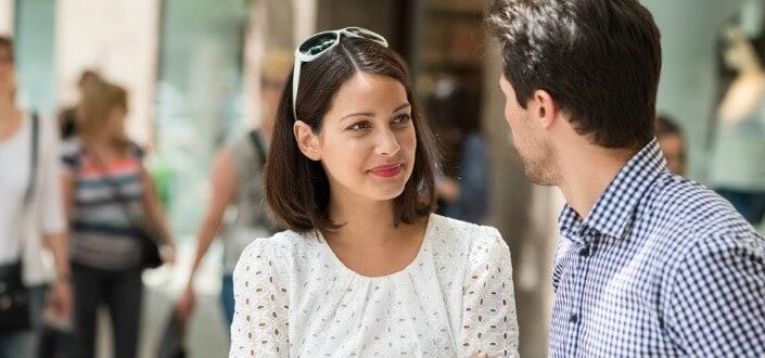 8 Trucos para Mantener una Conversación con una Chica - Ofrece Información Sobre Ti