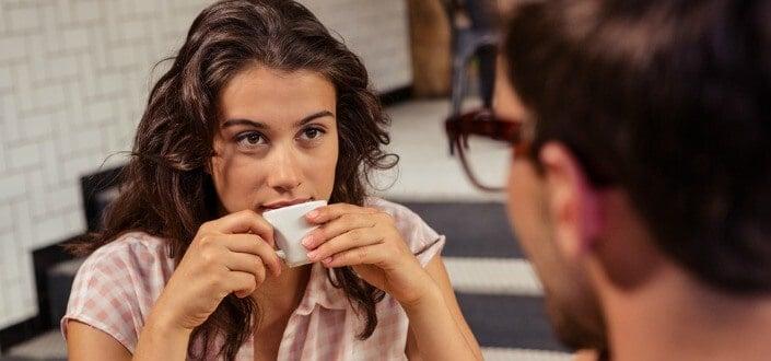 8 Trucos para Mantener una Conversación con una Chica - Sé Consciente de Cuándo Continuar la Conversación