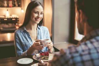 8 Trucos para Mantener una Conversación con una Chica - main