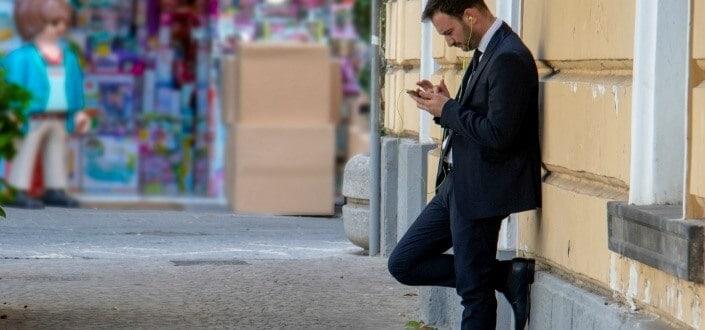 10 Undeniable Signs That You're In The Friend Zone - Estás limitado a hablar solo por texto