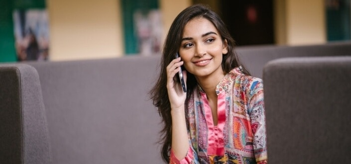 19 cosas románticas que puedes hacer para tu novia. - Llámala o envíale un mensaje de texto espontáneamente