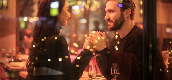 19 cosas románticas que puedes hacer para tu novia. - Volver a lo básico llévala a una cita