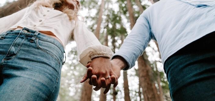 19 cosas románticas que puedes hacer para tu novia. - coquetear con ella en público