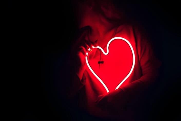 frases de amor cortas-Depura tu corazón antes de volver a enamorarte porque hasta la historia más bonita se enturbia con el pasado.