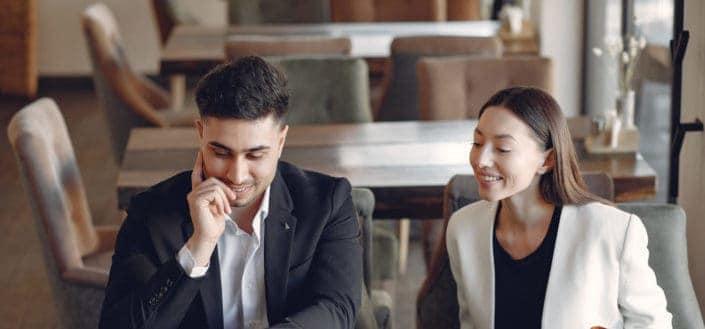 ¿Cómo Elegir Los Mejores piropos lindos? - Positive diverse businesspeople working in cafe