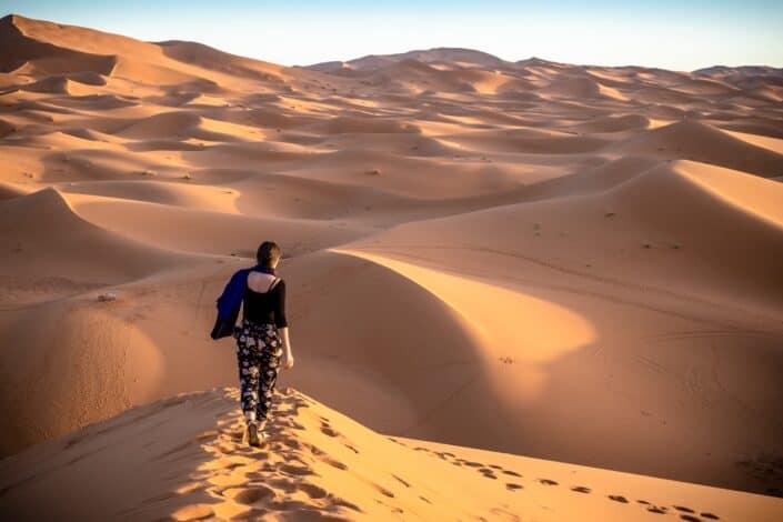 Mujer caminando sola en el desierto