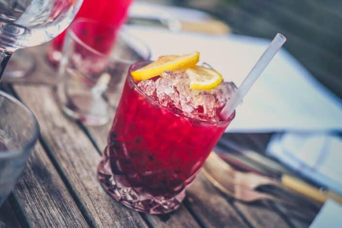 Bebida roja con mucho hielo