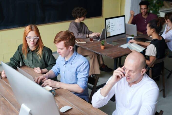 Grupos de personas que se concentran en su trabajo