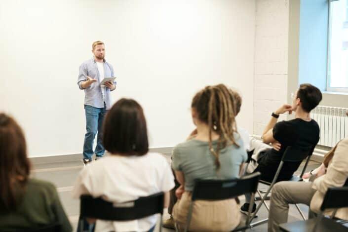 Hombre hablando frente a una audiencia