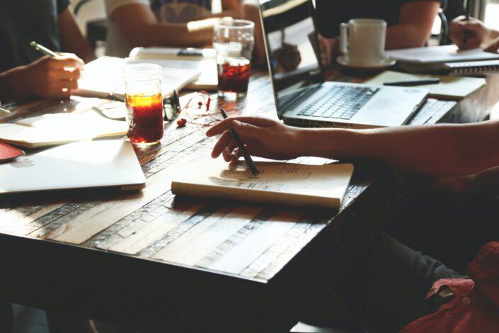 Grupo de personas trabajando y escribiendo