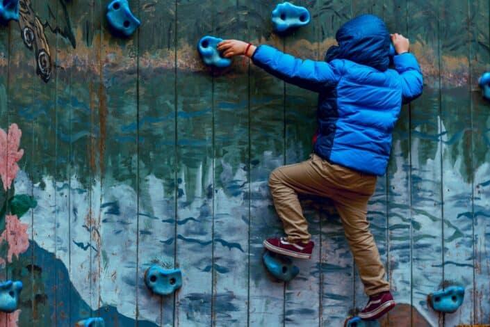 Niño escalada en la pared
