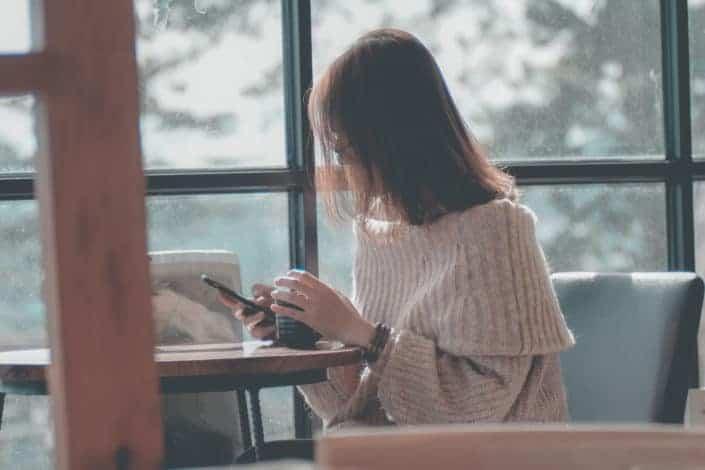 Woman using smartphone¿Cuál es el peor mensaje de texto que enviaste por accidente?.jpg