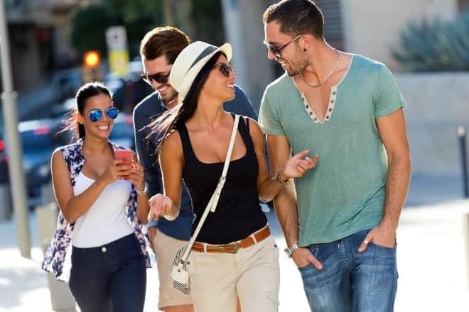 Pareja caminando y sonriendo el uno al otro - iniciadores de conversacion