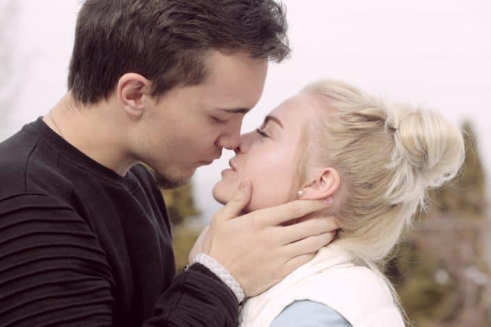 Por cada beso que me das, necesito dos más.jpg