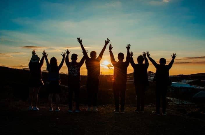 silueta de personas durante la puesta de sol