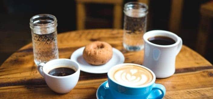café y bocadillo dulce