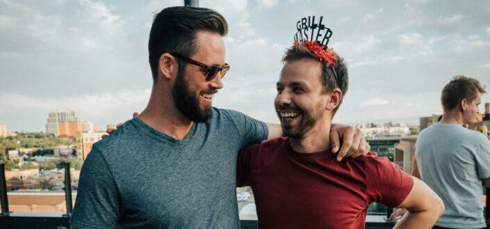 dos hombres sonriendo felizmente el uno al otro