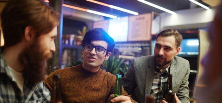 hombres hablando en un bar