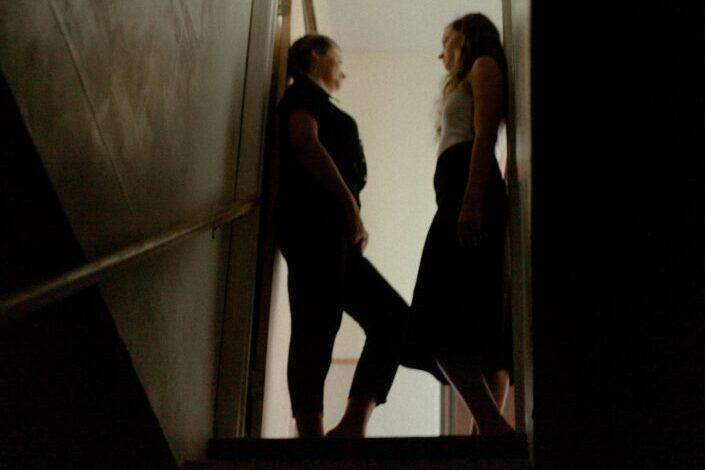 dos mujeres hablando en la puerta