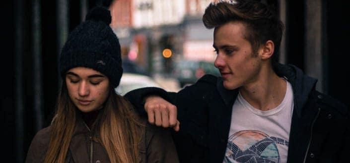 pareja joven en la ciudad por la noche