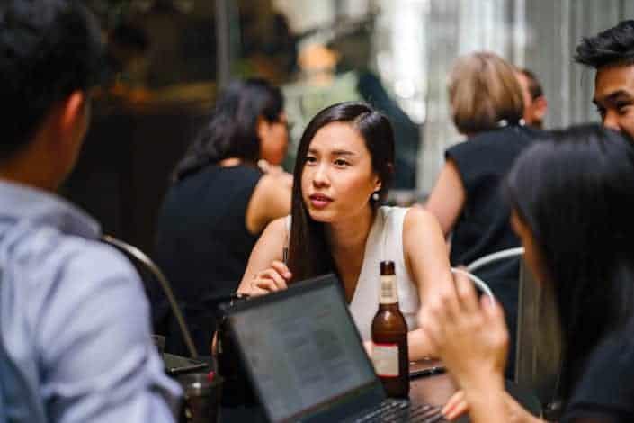 mujer hablando con sus colegas en el restaurante