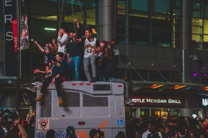 Fanáticos de los Toronto Raptors celebrando en la parte superior del autobús