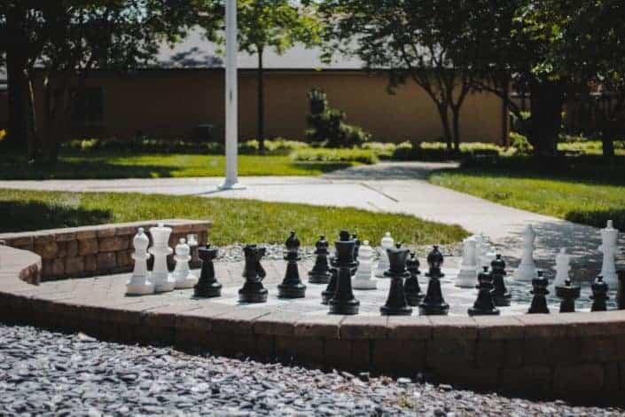 piezas de ajedrez colocadas afuera