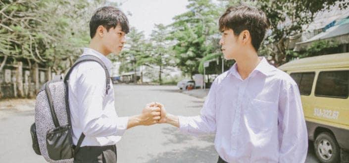 dos hombres hacen gestos con las manos