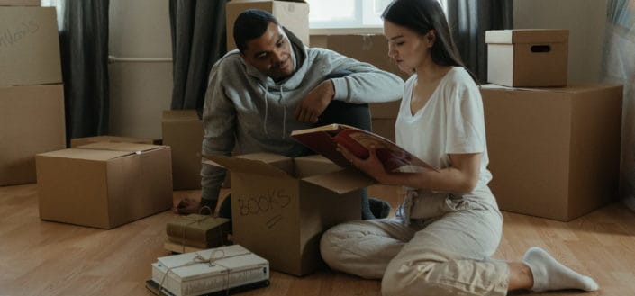 pareja abriendo cajas