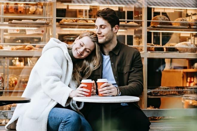 Chica cabeza inclinada sobre el hombro del chico en un café - Frases de amor largas