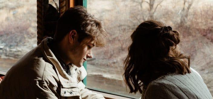 Par tener una conversación íntima junto a una ventana