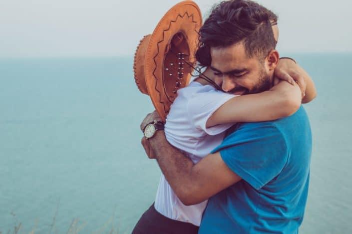Pareja compartiendo un abrazo en la playa
