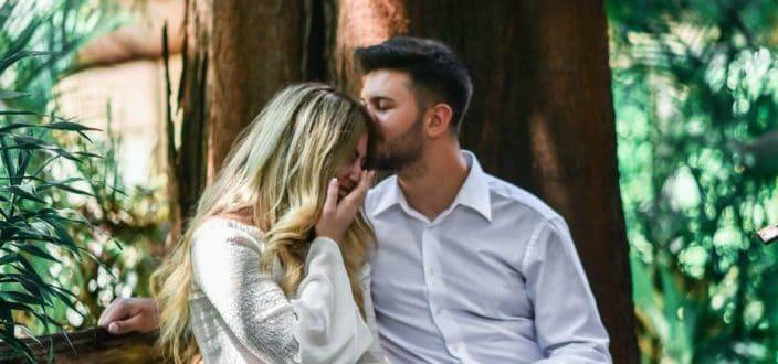 Chico besando a chica en la cabeza