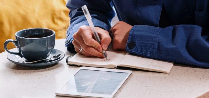 Guy escribiendo en su diario