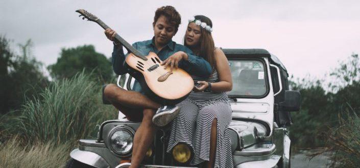 Pareja, juego, con, guitarra, encima de, jeep