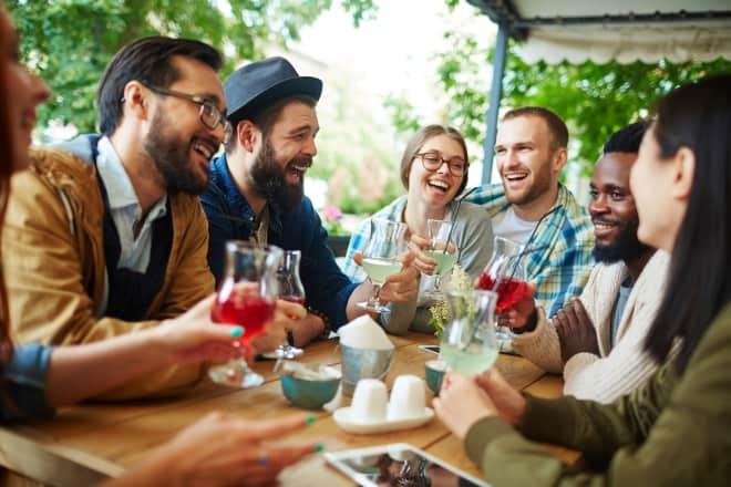 Un grupo de amigas teniendo conversaciones felices mientras bebe refrescos- preguntas interesantes que puedes preguntarle a un chico