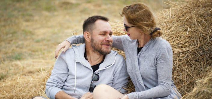 Pareja de ancianos sentados en el heno - mensajes de amor para mi novia