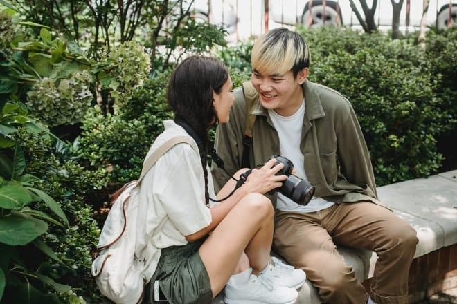 Pareja mirando el uno al otro y sonriendo - mensajes de amor para mi novia