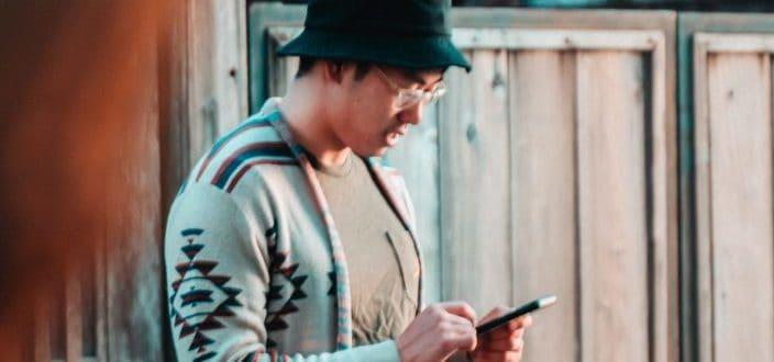 Guy enviando un mensaje de texto en su teléfono