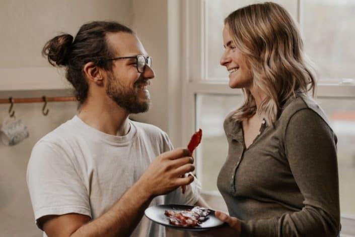 Pareja compartiendo un plato de tocino