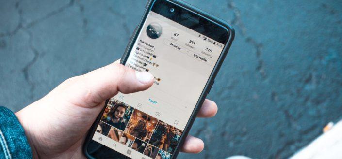 Chico revisando una cuenta de Instagram