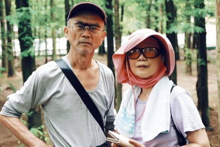 Pareja de ancianos tomando un descanso del senderismo
