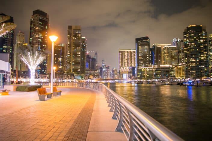 Paseo nocturno por el puerto deportivo de Dubai