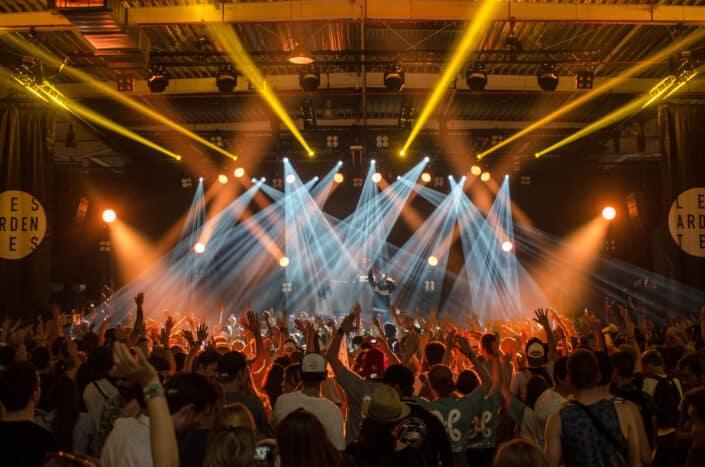 Gente disfrutando de un concierto