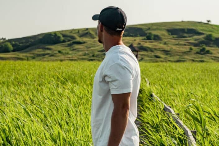Guy mirando a campo abierto