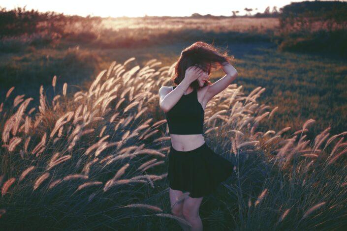 Chica bailando en un campo de heno