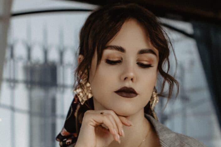 Chica con maquillaje oscuro sumido en sus pensamientos