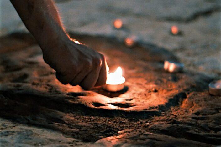 Encendiendo una vela en una carretera