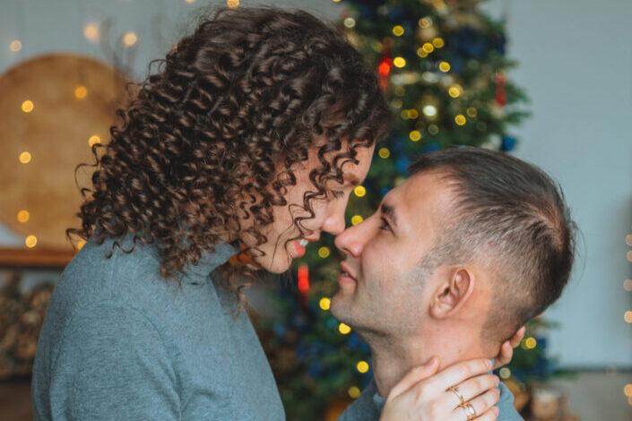 parejas mirándose íntimamente