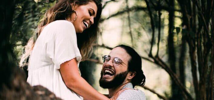 Chico y chica divirtiéndose en un árbol